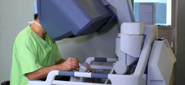 Surgeon-using-surgical-robot.jpg